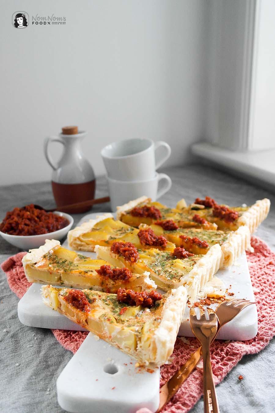 Kartoffel-Harissa-Tarte mit Harissa-Tomaten-Dip Regenbogen auf dem Tisch