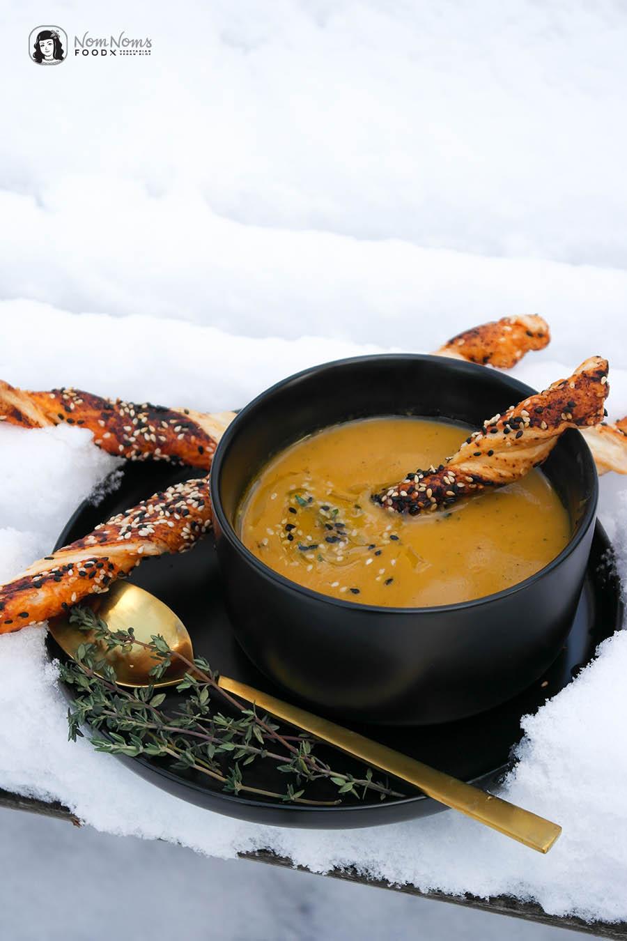 Cremige Süßkartoffel-Suppe mit Thymian und Blätterteig-Knusperstangen (vegan)