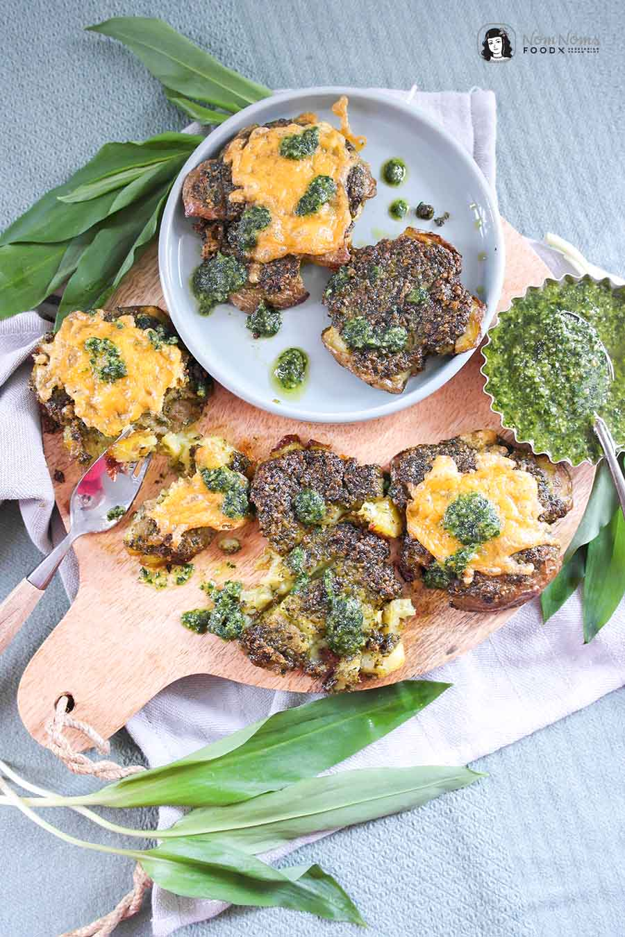 Frühlingshafte einfache Quetschkartoffeln mit Bärlauch-Pesto und Käse Smashed Potatoes mit Bärlauch-Pesto