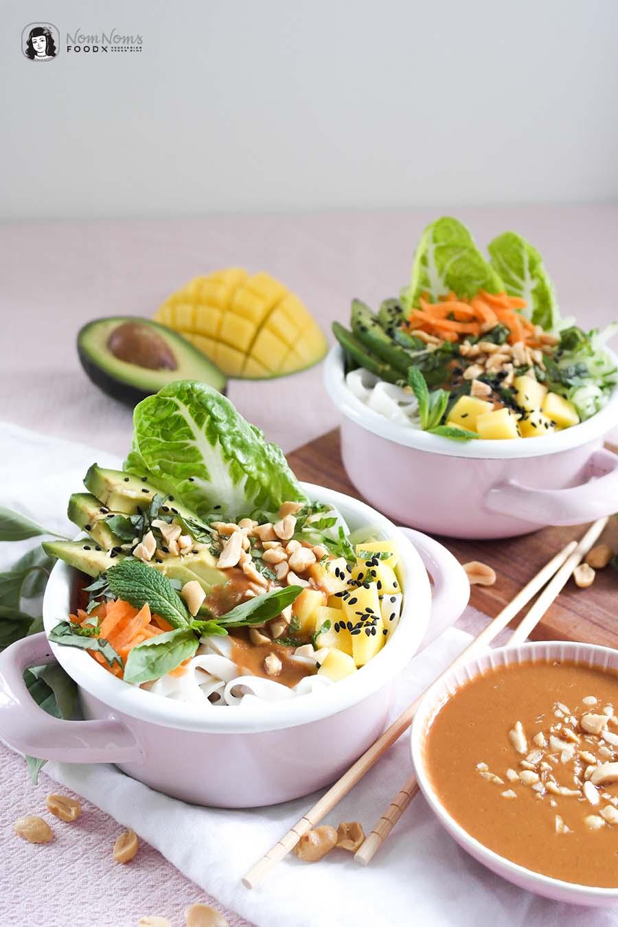 Vegane Sommerrollen Bowl mit Erdnuss-Chili-Soße Summer Roll Bowl Reisnudeln Erdnusssoße