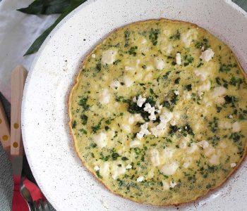 Schnelles Bärlauch-Omelette mit Feta Fix auf dem Tisch