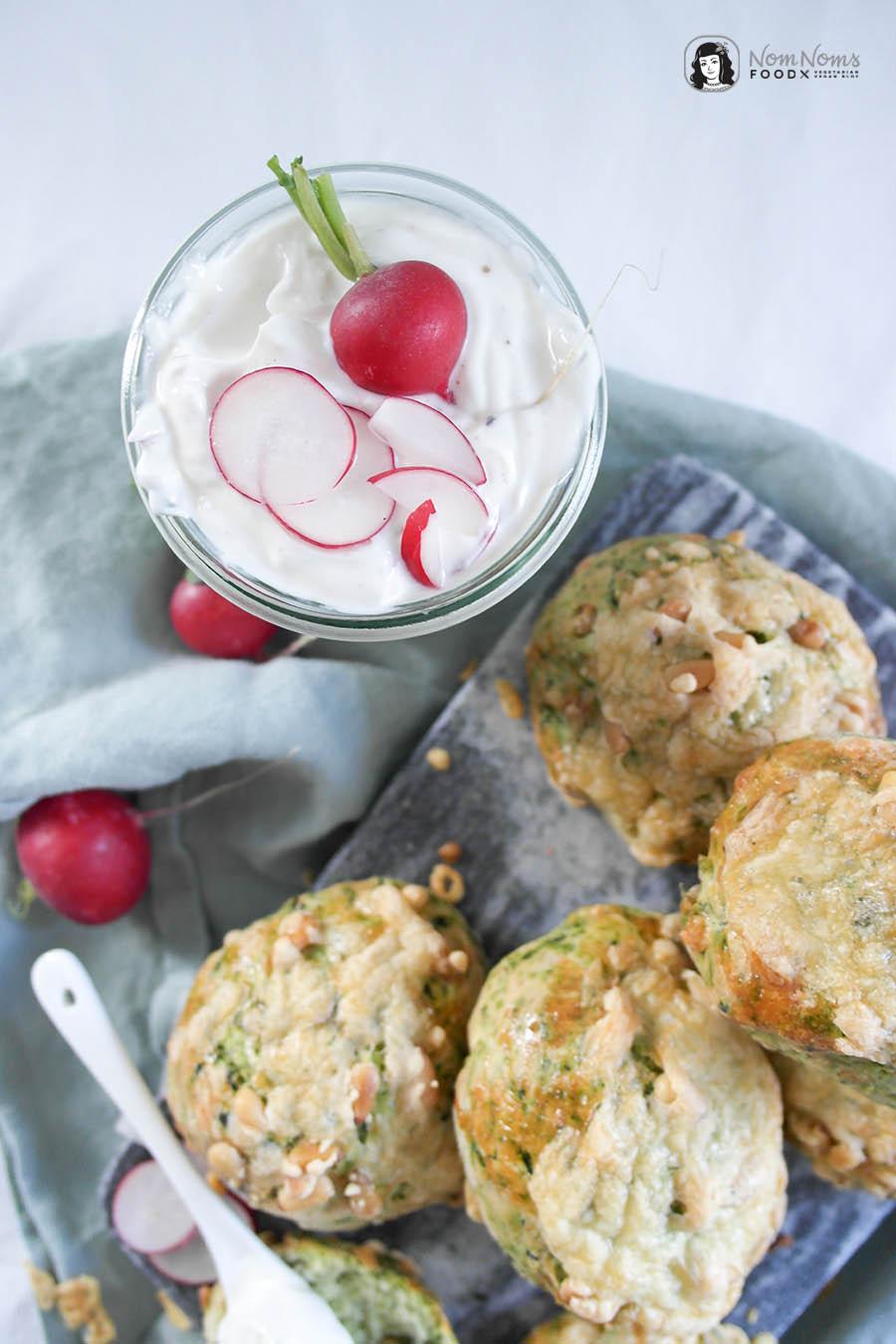 Herzhafte Spinat-Käse-Scones mit Pinienkerne und würzigem Radieschen-Quark
