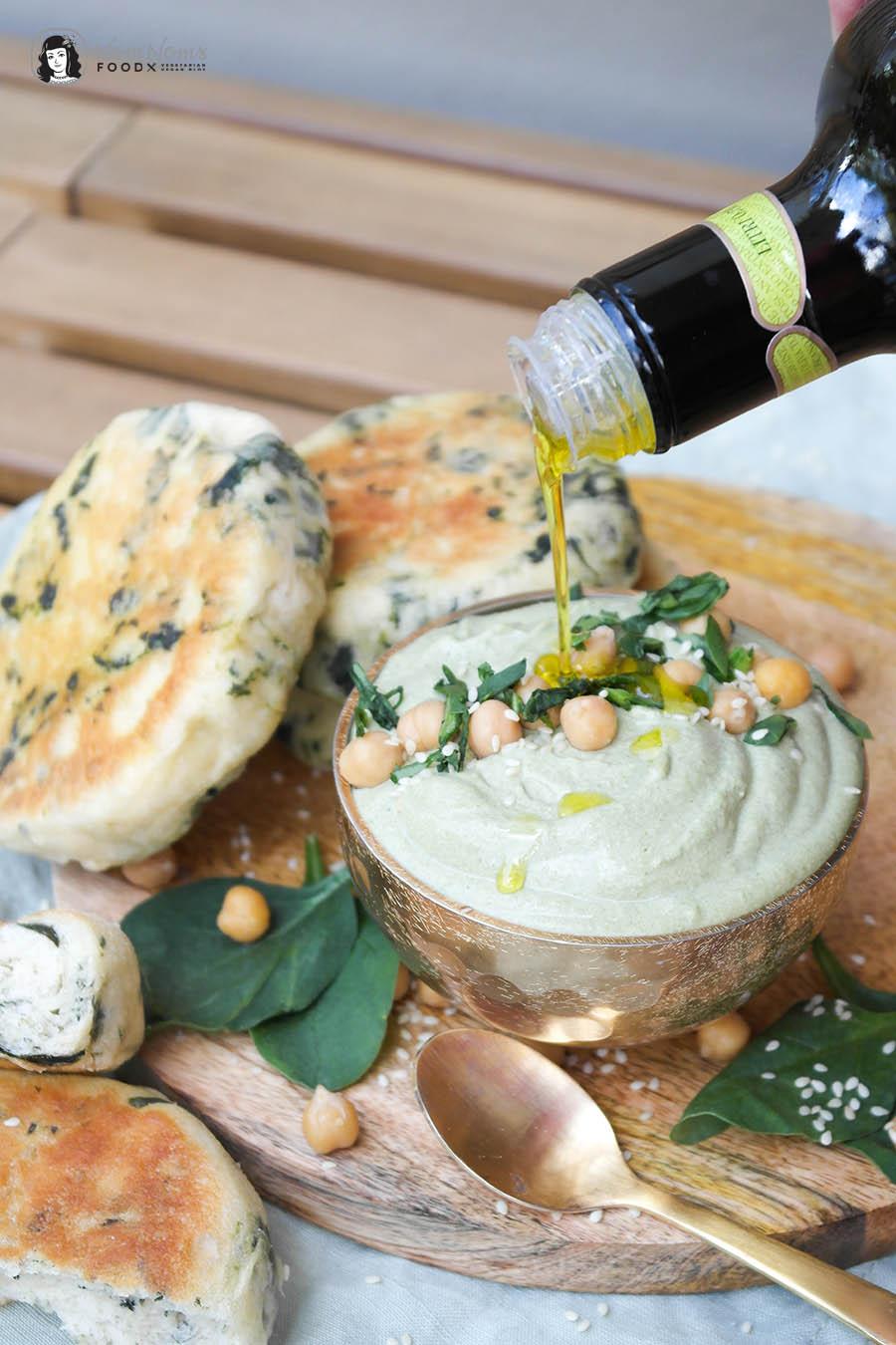 Cremiger Spinat-Ziegenkäse-Hummus mit fluffigen Spinat-Pita-Broten aus der Pfanne