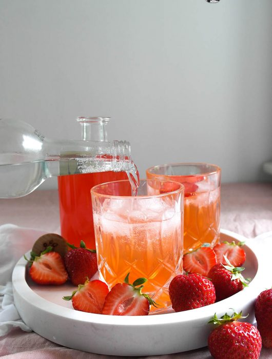 Erdbeer Gin selbst gemacht und ein Erdbeer Gin Tonic mit und ohne Alkohol