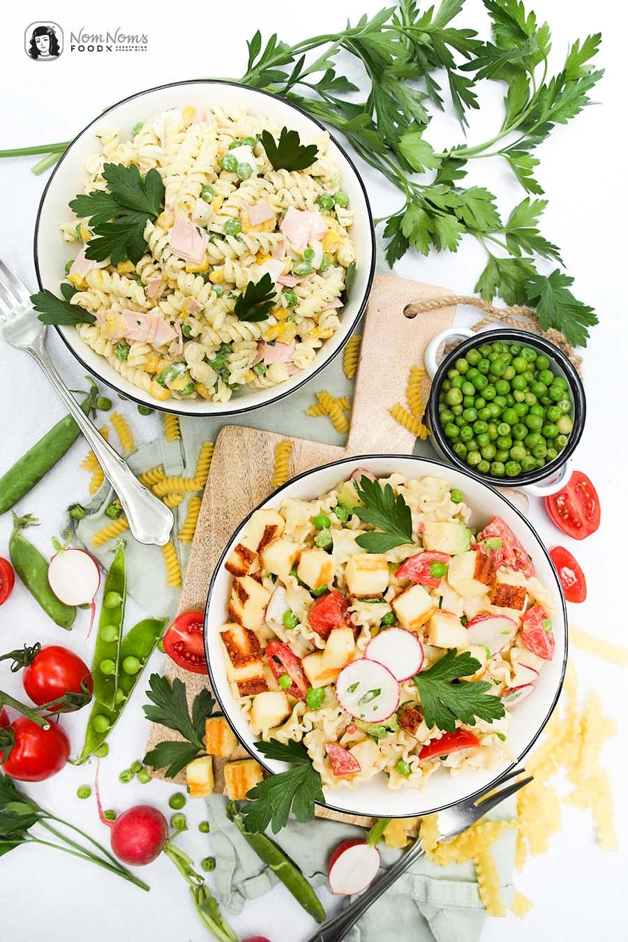 Zweierlei Nudelsalat: Klassischer Nudelsalat mit Mayonnaise und sommerlich frischer Nudelsalat mit Joghurt-Senf-Balsamico-Dressing und Grillkäse-Würfeln