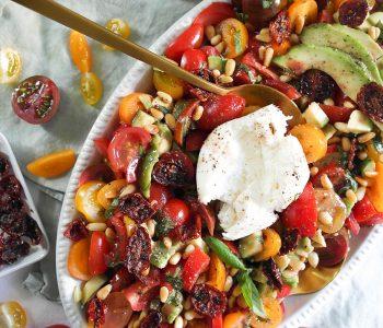 Tomaten-Avocado-Salat mit knusprigen Tomaten-Chips, Burrata und Pinienkernen