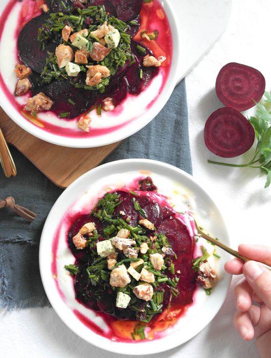 Warmer Rote-Bete-Salat mit Kräuter-Butter, karamellisierten Nüssen und Joghurt MEGGLE Kräuter-Butter