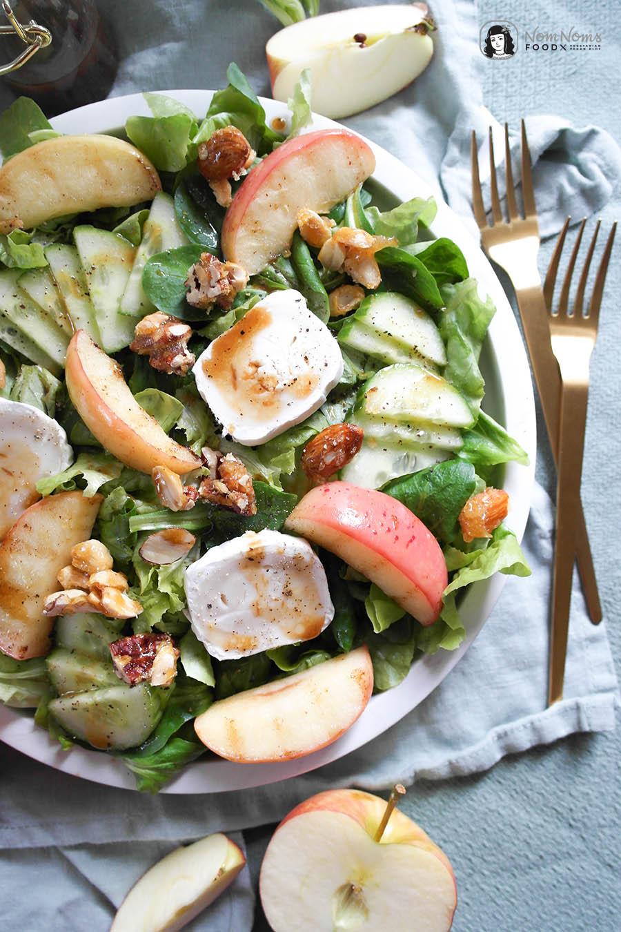 Herbstlicher Salat mit gebratenem Apfel, Ziegenkäse und Ahornsirup-Dressing