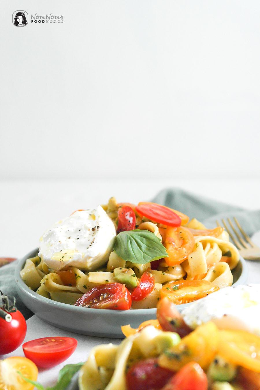 Schnelle Avocado-Tomaten-Pasta mit Burrata - Fix auf dem Tisch