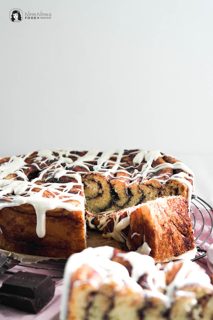 Riesen-Schokoladen-Zimtschnecken-Kuchen mit Frischkäse-Glasur Schwedischer Zimtschneckentag